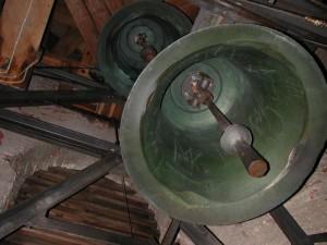 Kleine und mittlere Glocke im Glockenstuhl